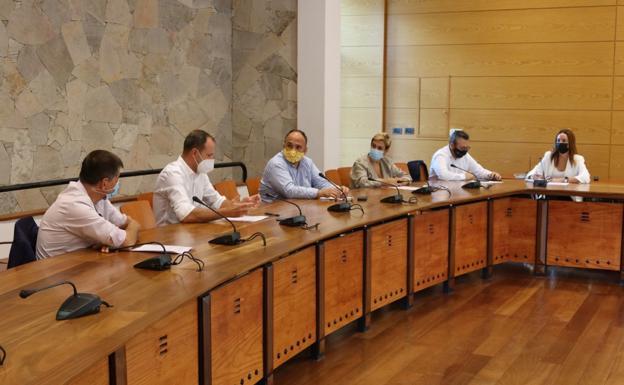 Un momento de la reunión este martes de los alcaldes de la mancomunidad con el consejero, con mascarilla amarilla. / C7